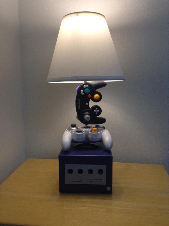 Des lampes réalisées avec de vieilles manettes de consoles