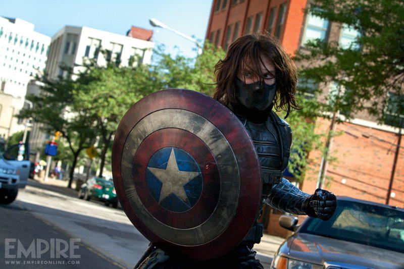 Bucky Barnes (Sebastian Stan) avec le bouclier de Captain America dans Captain America: Le Soldat de l'Hiver, réalisé par Joe et Anthony Russo