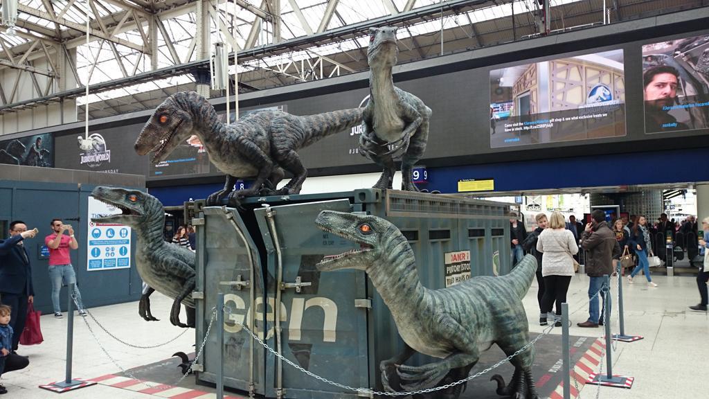 les dinosaures de jurassic world envahissent la gare de