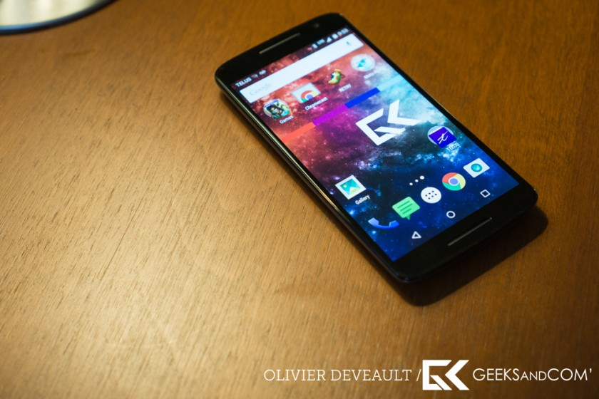 Le Moto X Play, de face, avec logo Geeks And Com