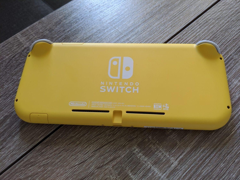 Nintendo Switch Lite derrière la console